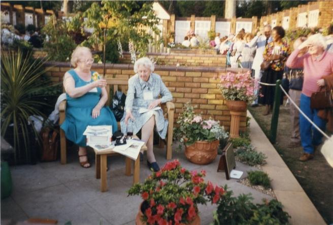 991Courtyard ladies sitting